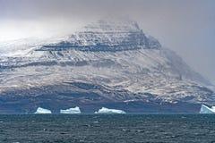 Montagne côtière apparaissant indistinctement par les nuages Photo libre de droits