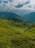 Montagne carpatiche alla luce solare immagini stock libere da diritti