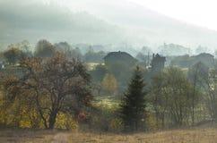 Montagne carpatiche in autunno con una casa di legno Fotografia Stock Libera da Diritti