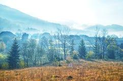 Montagne carpatiche in autunno con una casa di legno Immagine Stock