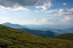 Montagne carpatiche blu distanti Immagini Stock