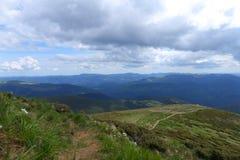 Montagne carpatiche e nuvole meravigliose nel fondo Immagini Stock