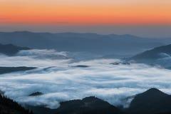 Montagne carpatiche Montagne coperte in foschia ad alba Fotografie Stock
