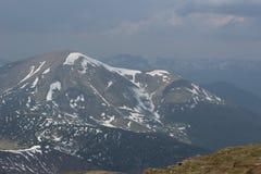Montagne carpatiche nella neve immagine stock