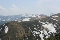 Montagne carpatiche nella neve fotografie stock