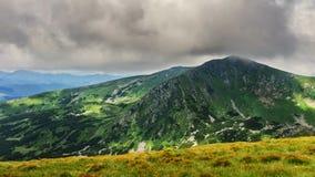 Montagne carpatiche pittoresche e drammatiche sotto le nuvole di pioggia enormi, paesaggio di estate, Ucraina della natura Immagini Stock Libere da Diritti