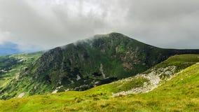 Montagne carpatiche pittoresche e drammatiche sotto le nuvole di pioggia enormi, paesaggio di estate, Ucraina della natura Fotografia Stock