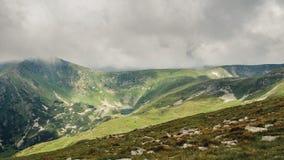 Montagne carpatiche pittoresche e drammatiche sotto le nuvole di pioggia enormi, paesaggio di estate, Ucraina della natura Immagine Stock Libera da Diritti
