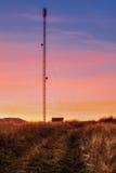 Montagne carpatiche Ripetitore di tramonto sulla collina fotografia stock libera da diritti