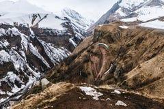 Montagne caucasienne en hiver Passage croisé en Géorgie Secteur de Gudauri Source de rivière d'Aragvi Vue de monument soviétique  Image stock