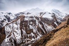 Montagne caucasienne en hiver Passage croisé en Géorgie Secteur de Gudauri Source de rivière d'Aragvi Vue de monument soviétique  Photographie stock libre de droits