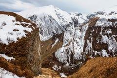 Montagne caucasienne en hiver Passage croisé en Géorgie Secteur de Gudauri Source de rivière d'Aragvi Vue de monument soviétique  Photographie stock