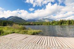 Montagne che rimbalzano nelle acque del lago Fotografia Stock Libera da Diritti