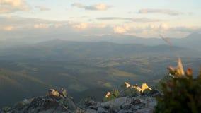 Montagne che uguagliano paesaggio stock footage