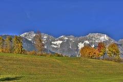 Montagne, cielo e cielo blu Immagine Stock