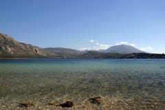 montagne claire de lac Photos stock