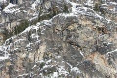 Montagne Cliff Rock Face Texture Background d'hiver avec la neige et les glaçons Image libre de droits
