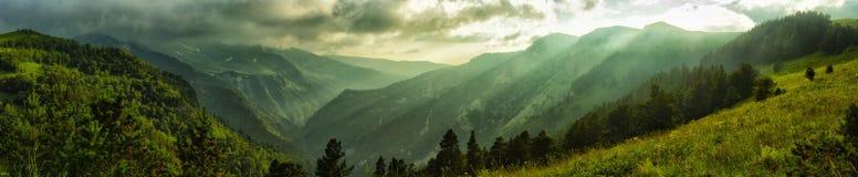 Montagne con i canyon e picchi in una tempesta Fotografie Stock