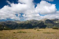 Montagne con il cielo nuvoloso Fotografia Stock