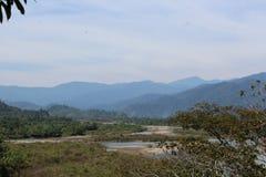 Montagne con il fiume sotto Immagini Stock