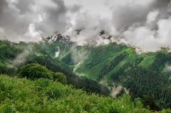 montagne con le grandi nuvole Immagini Stock Libere da Diritti