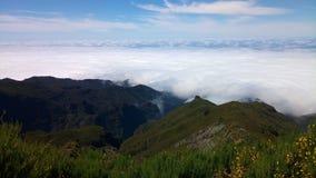 Montagne con le nuvole e le piante all'isola del Madera, Portogallo Fotografia Stock