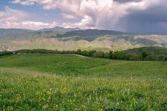 Montagne con le nuvole nella primavera Natura ?Tekeli ? Montagne di Alatau kazakhstan immagine stock