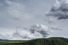 Montagne con le nuvole nella primavera Natura ?Tekeli ? Montagne di Alatau kazakhstan immagini stock libere da diritti