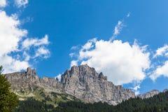 Montagne con le scogliere ripide in alpi Fotografie Stock Libere da Diritti