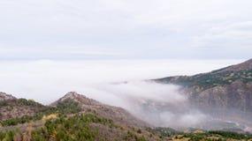 Montagne con molta nebbia Immagine Stock