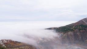 Montagne con molta nebbia Fotografie Stock Libere da Diritti