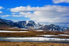 Montagne con neve e cielo blu Immagini Stock Libere da Diritti