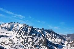 Montagne con neve e cielo blu Immagini Stock