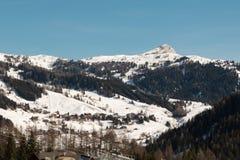 Montagne con neve in Europa: Picchi delle alpi delle dolomia per gli sport invernali Immagini Stock Libere da Diritti