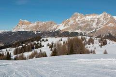 Montagne con neve in Europa: Picchi delle alpi delle dolomia per gli sport invernali Fotografia Stock