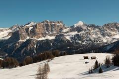Montagne con neve in Europa: Picchi delle alpi delle dolomia per gli sport invernali Fotografie Stock Libere da Diritti