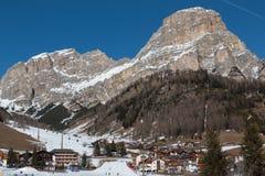 Montagne con neve in Europa: Picchi delle alpi delle dolomia per gli sport invernali Immagine Stock Libera da Diritti