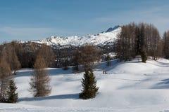 Montagne con neve in Europa: Picchi delle alpi delle dolomia per gli sport invernali Fotografie Stock
