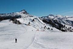 Montagne con neve in Europa: Picchi delle alpi delle dolomia per l'inverno S Immagine Stock