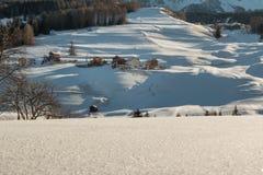 Montagne con neve in Europa: Picchi delle alpi delle dolomia per l'inverno S Immagini Stock