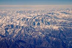 Montagne con neve, vista aerea Superficie della Terra Protezione dell'ambiente ed ecologia smania dei viaggi e viaggio Pensi il v immagini stock
