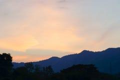Montagne con tempo crepuscolare fotografie stock libere da diritti