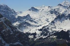 Montagne con una città qui sotto Fotografie Stock