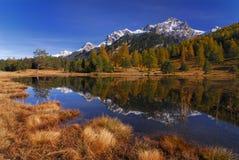Montagne con una riflessione in un lago Fotografia Stock