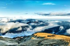 Montagne coperte dalle nuvole Fotografia Stock