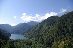 Montagne coperte di foreste e di lago Immagini Stock
