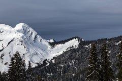 Montagne coperte di neve e circondate dalle nuvole Fotografie Stock Libere da Diritti