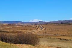 Montagne couronnée de neige éloignée Islande Photos stock