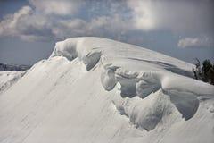 Montagne couronnée de neige. Images stock