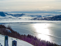 Montagne couronnée de neige dans la ville d'Akureyri pendant l'hiver Images stock